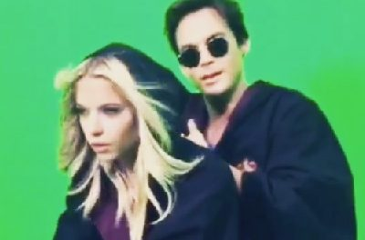 """Pretty Little Liars: Ashley Benson e Tyler Blackburn si divertono a filmare il """"nuovo"""" Harry Potter"""